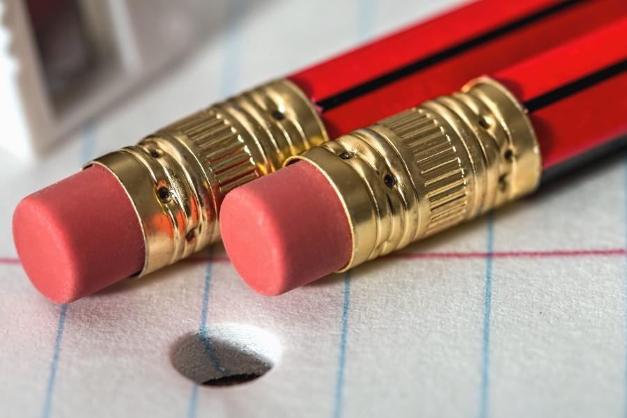 Rood potlood met gum en papier