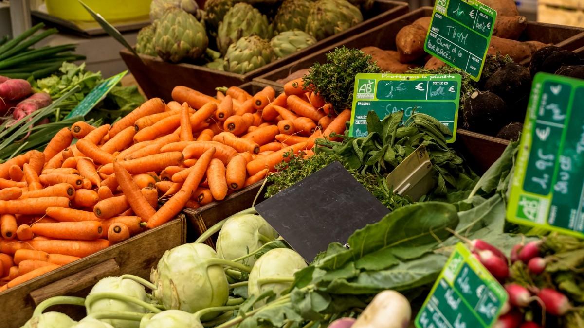 Marktkraam met groentes