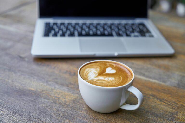 laptop met koffie cappuccino