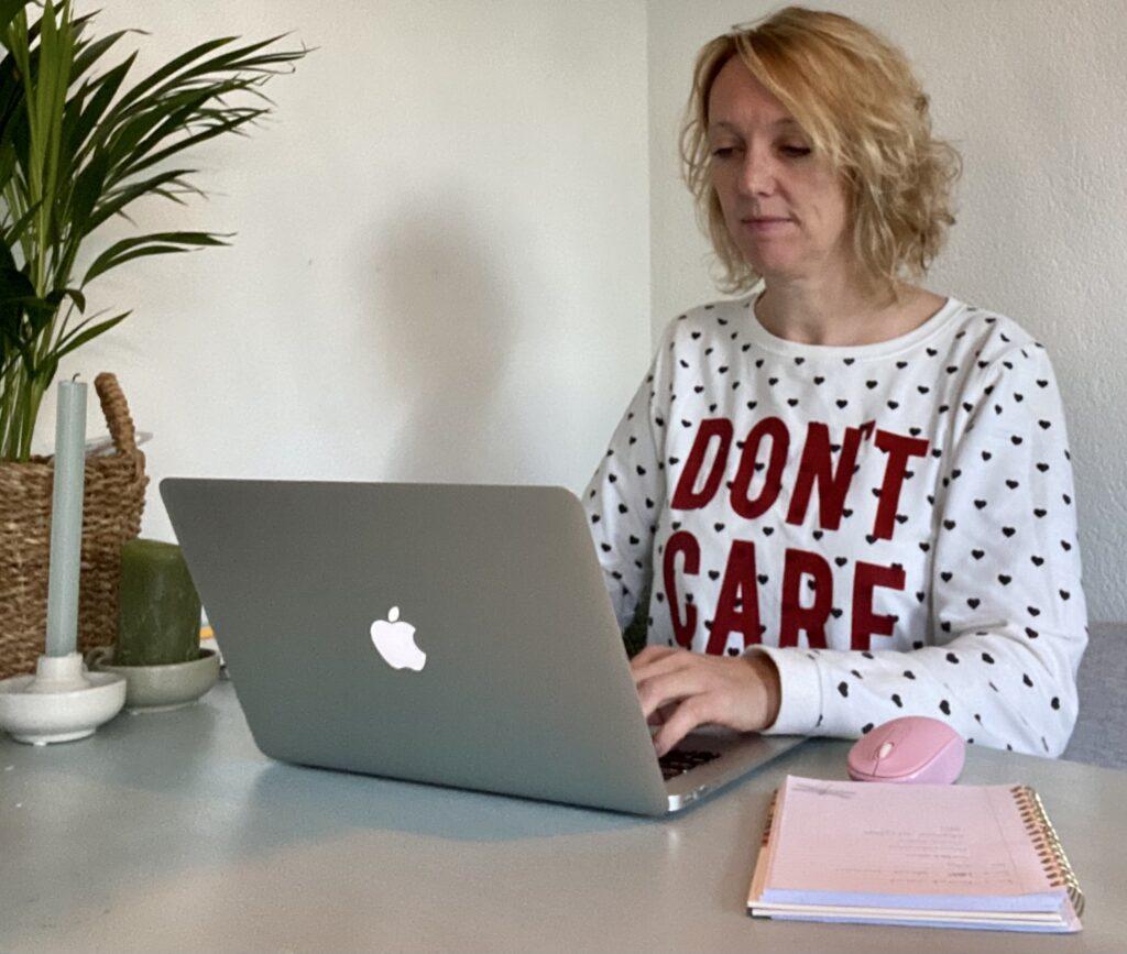 Laptop tafel schrijven tekstschrijver